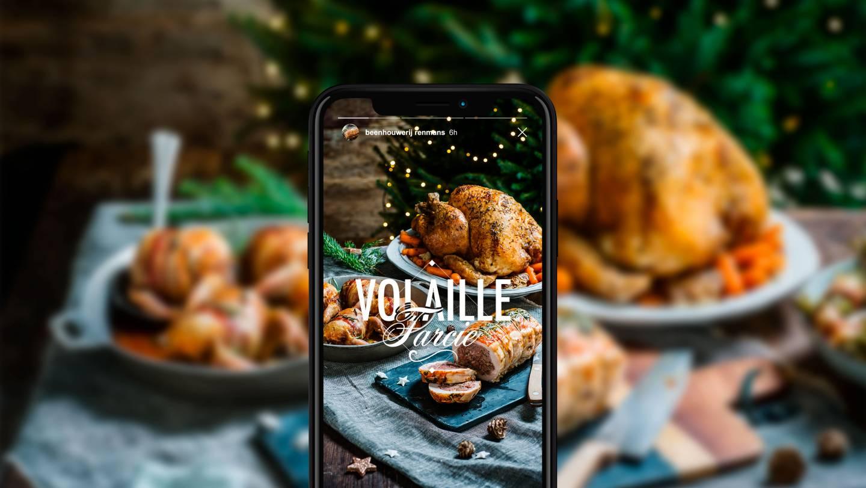 Mockup van iPhone Volaille Farcie aan feesttafel