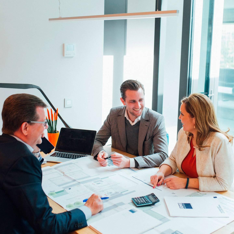 Foto van een vergadering op het kantoor van DOMO