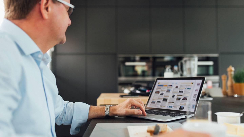 Foto van een DOMO-makelaar en zijn Macbook Pro