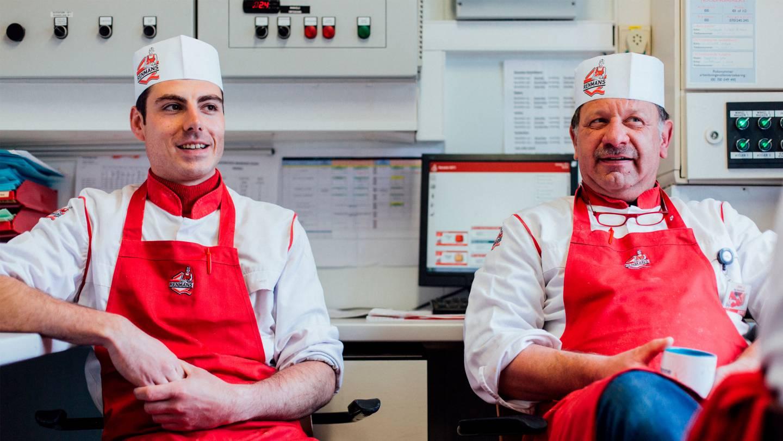 Foto van twee beenhouwers in een filiaal van Renmans