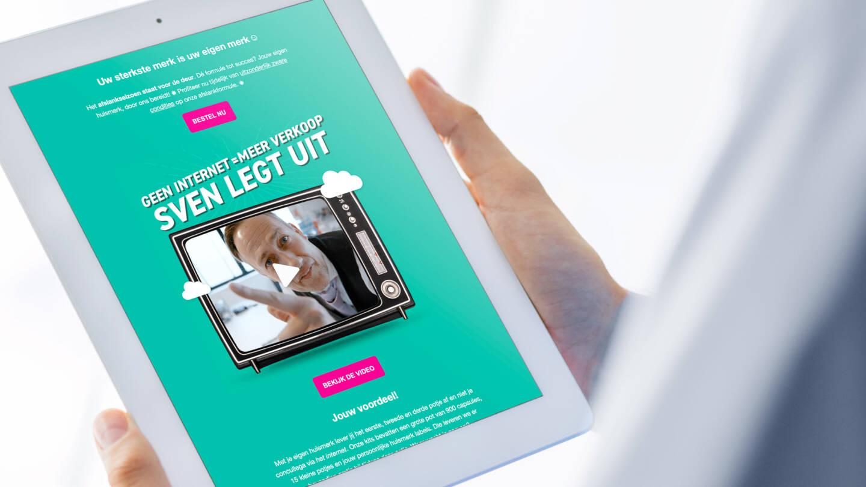 Foto van apotheker die de MailChimp campagne bekijkt op een iPad